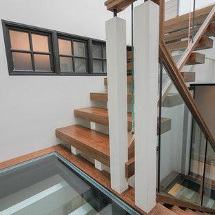 Idee per un'ampia scala sospesa minimal con pedata in vetro, nessuna alzata e parapetto in vetro