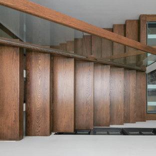 Ejemplo de escalera suspendida, actual, extra grande, sin contrahuella, con escalones de vidrio