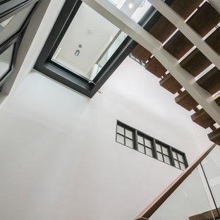 Esempio di un'ampia scala sospesa contemporanea con pedata in vetro, nessuna alzata e parapetto in vetro