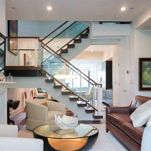 Пример оригинального дизайна: огромная лестница на больцах в современном стиле с стеклянными ступенями и стеклянными перилами без подступенок