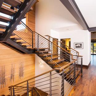 Inspiration för en stor funkis u-trappa i trä, med öppna sättsteg och räcke i flera material