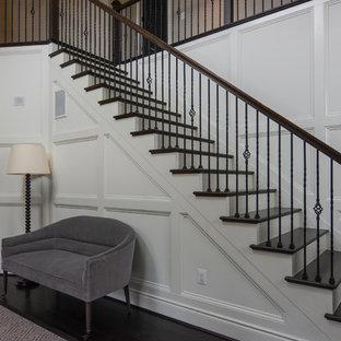 Gerade, Mittelgroße Klassische Holztreppe mit gebeizten Holz-Setzstufen in Baltimore