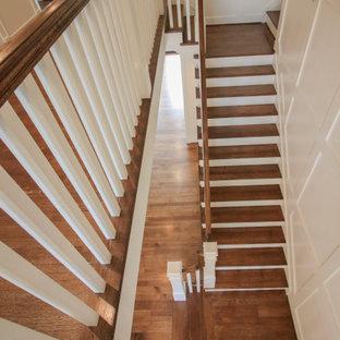 Große Klassische Holztreppe in U-Form mit Holz-Setzstufen, Holzgeländer und vertäfelten Wänden in Washington, D.C.