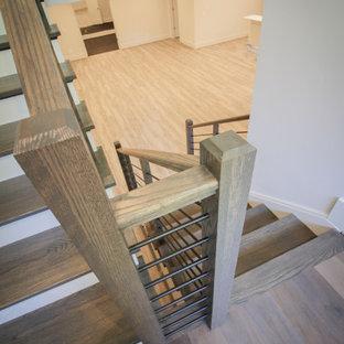 """Idee per una scala a """"U"""" classica di medie dimensioni con pedata in legno, alzata in legno, parapetto in metallo e pannellatura"""