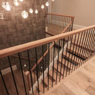 Foto de escalera en U y papel pintado, moderna, grande, con escalones de madera, contrahuellas de madera, barandilla de metal y papel pintado