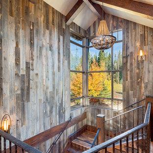 Imagen de escalera rústica con contrahuellas de madera y escalones de madera