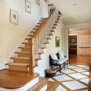 Пример оригинального дизайна: прямая лестница в классическом стиле с деревянными ступенями и крашенными деревянными подступенками