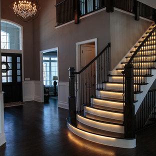 シカゴの大きい木のトランジショナルスタイルのおしゃれな直階段 (フローリングの蹴込み板) の写真