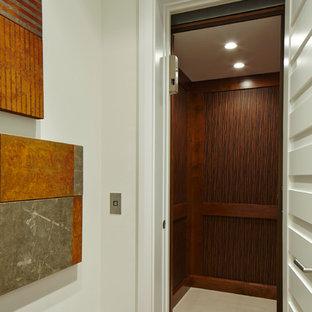 Foto de escalera actual con escalones con baldosas y contrahuellas con baldosas y/o azulejos