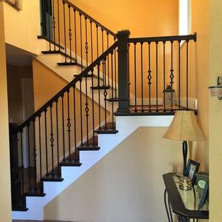 Imagen de escalera recta, de estilo americano, de tamaño medio, con escalones de madera, contrahuellas de madera y barandilla de madera