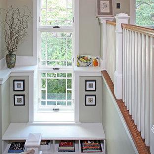 Diseño de escalera en U, de estilo americano, grande, con escalones de madera y barandilla de madera