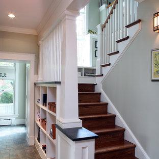 На фото: п-образная лестница среднего размера в стиле кантри с деревянными ступенями, деревянными подступенками и деревянными перилами