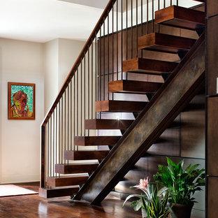 Свежая идея для дизайна: лестница на больцах в современном стиле с деревянными ступенями и перилами из смешанных материалов без подступенок - отличное фото интерьера
