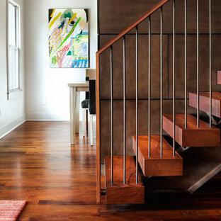 Imagen de escalera suspendida, actual, grande, sin contrahuella, con escalones de madera