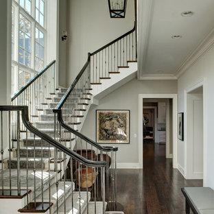 Idéer för en klassisk trappa i trä, med sättsteg i målat trä