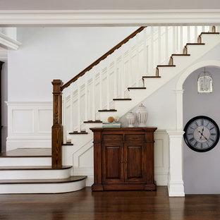 Imagen de escalera en L, tradicional, de tamaño medio, con contrahuellas de madera pintada y escalones de madera