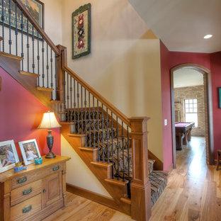 Imagen de escalera en L, rural, de tamaño medio, con escalones de madera y contrahuellas enmoquetadas