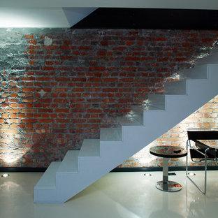 Foto de escalera suspendida minimalista