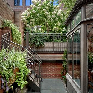 Foto de escalera de caracol, contemporánea, pequeña, con escalones de madera y barandilla de metal