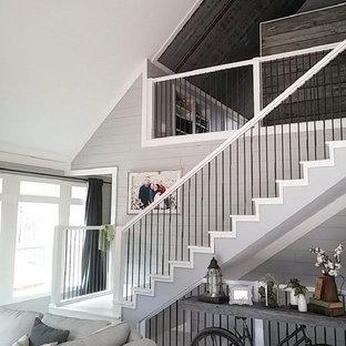 Ejemplo de escalera recta, campestre, de tamaño medio, con escalones de madera, contrahuellas de madera y barandilla de varios materiales