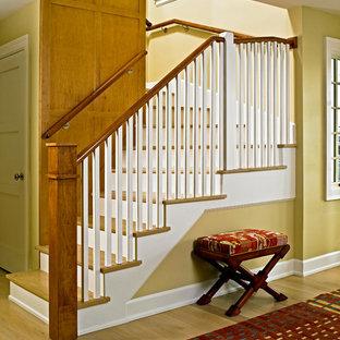 Foto de escalera recta, tradicional renovada, pequeña, con escalones de madera y contrahuellas de madera pintada