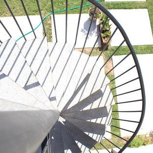 他の地域の中サイズの金属製のトラディショナルスタイルのおしゃれならせん階段 (金属の蹴込み板、金属の手すり) の写真