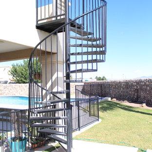 他の地域の中くらいの金属製のトラディショナルスタイルのおしゃれならせん階段 (金属の蹴込み板、金属の手すり) の写真