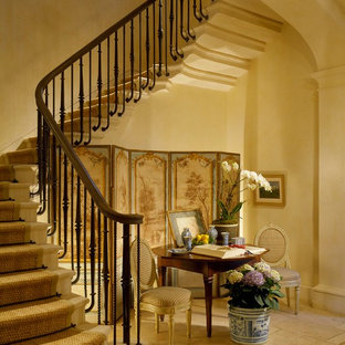 Idéer för att renovera en medelhavsstil svängd trappa