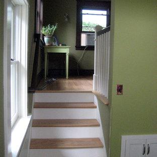 Immagine di una piccola scala a rampa dritta american style con pedata in legno e alzata in legno