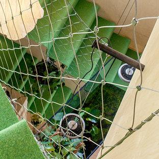 Modelo de escalera suspendida, contemporánea, pequeña, con escalones enmoquetados, contrahuellas enmoquetadas y barandilla de metal