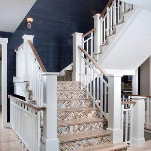 Modelo de escalera en U, clásica renovada, con escalones de madera y contrahuellas con baldosas y/o azulejos