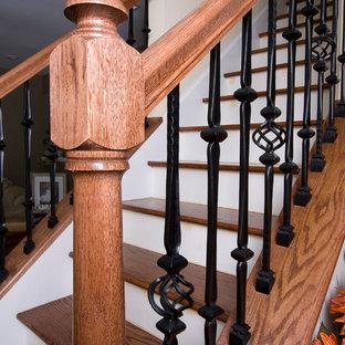 ニューヨークの中くらいの木のトラディショナルスタイルのおしゃれな直階段 (フローリングの蹴込み板) の写真