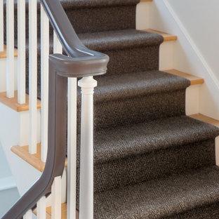 バーリントンの木のカントリー風おしゃれな折り返し階段 (フローリングの蹴込み板) の写真