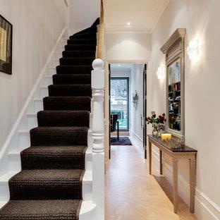 Пример оригинального дизайна: маленькая угловая лестница в викторианском стиле с деревянными ступенями и деревянными подступенками