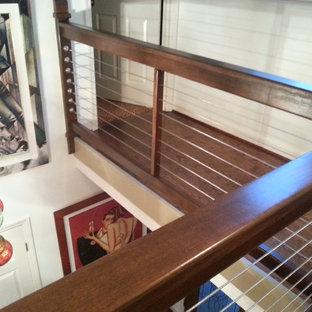 アトランタの中サイズの金属製のエクレクティックスタイルのおしゃれなかね折れ階段 (金属の蹴込み板、ワイヤーの手すり) の写真