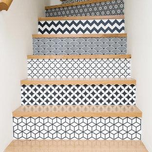 Ejemplo de escalera curva, actual, de tamaño medio, con escalones de madera