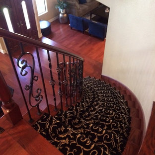 Foto de escalera curva, tradicional renovada, de tamaño medio, con escalones enmoquetados y contrahuellas enmoquetadas