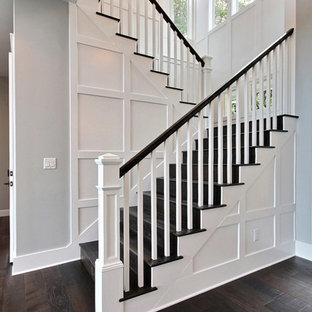 """Ispirazione per una grande scala a """"U"""" stile americano con pedata in legno, alzata in legno e parapetto in legno"""