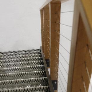 Ispirazione per una piccola scala industriale con pedata in metallo, alzata in metallo e parapetto in legno