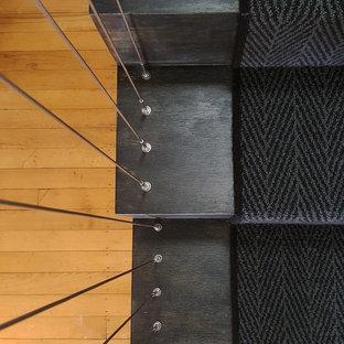Ejemplo de escalera suspendida, urbana, pequeña, con escalones de madera pintada, contrahuellas de madera pintada y barandilla de metal