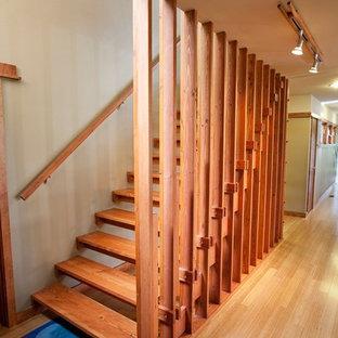 Ejemplo de escalera recta, moderna, grande, con escalones de madera y contrahuellas de madera