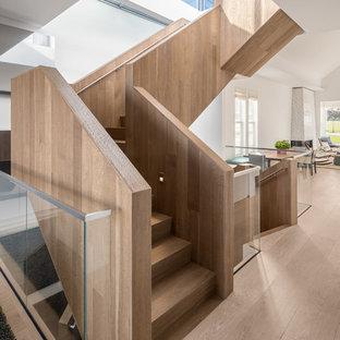 Idéer för att renovera en stor funkis u-trappa i trä, med sättsteg i trä och räcke i trä