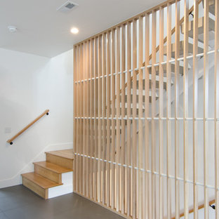 """Idee per una grande scala a """"L"""" tradizionale con pedata in cemento, alzata in metallo e parapetto in legno"""