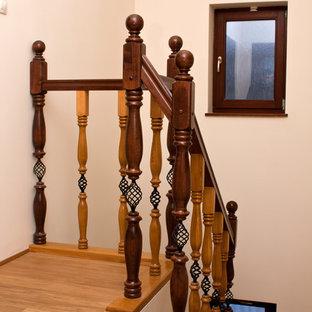 Foto de escalera curva, romántica, de tamaño medio, con escalones de madera