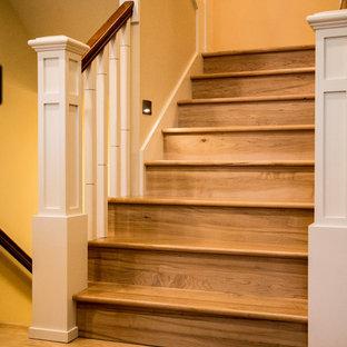 Diseño de escalera en U, clásica renovada, con escalones de madera, contrahuellas de madera y barandilla de madera