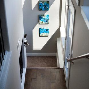Ejemplo de escalera en L, actual, de tamaño medio, con escalones enmoquetados y contrahuellas enmoquetadas