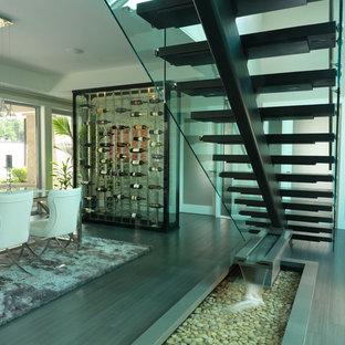 Пример оригинального дизайна: маленькая лестница на больцах в стиле модернизм с деревянными ступенями и стеклянными перилами без подступенок