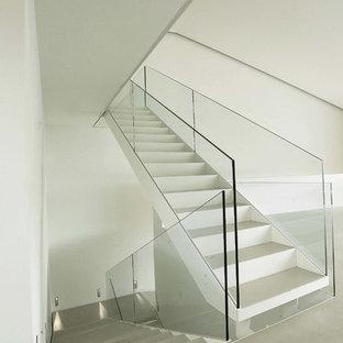 На фото: прямые лестницы в современном стиле с металлическими ступенями, металлическими подступенками и стеклянными перилами