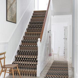 ハンプシャーの北欧スタイルのおしゃれな階段の写真