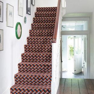 Foto de escalera en U, clásica renovada, con escalones enmoquetados y contrahuellas enmoquetadas
